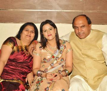 Savi Kumar with her parents