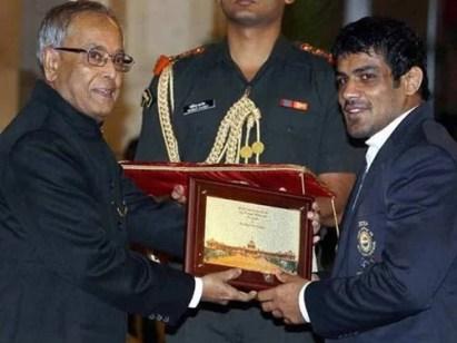 Sushil Kumar receiving the Padma Shri award from former President of India Pranab Mukherjee