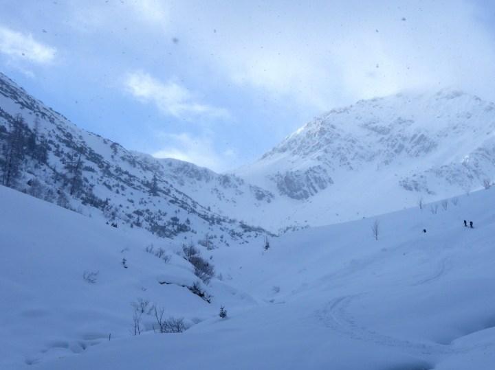 Nach dem Flachstück bis Fallerschein weitet sich das Tal und der Anstieg...