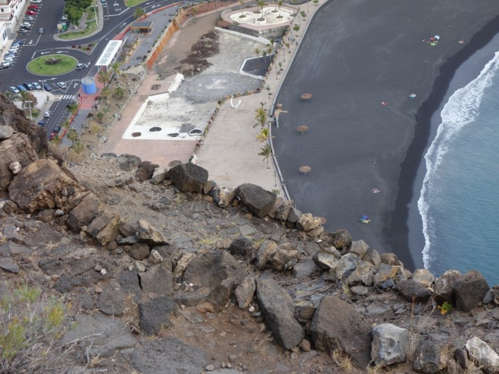 in zahlreichen ausgesetzten Spitzkehren runter zu den schwarzen Lavastränden Tazacortes führt.