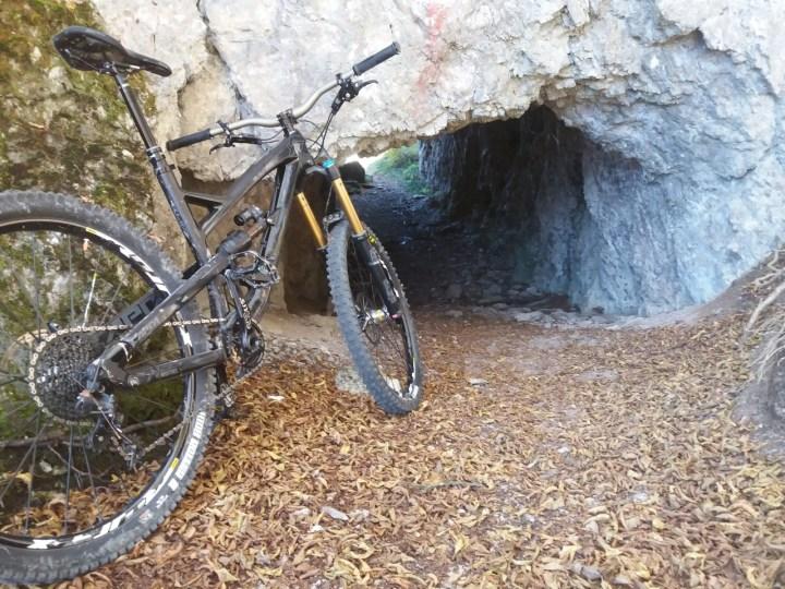 führt durch Tunnels