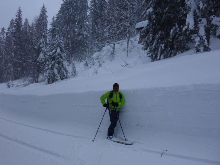 Schulterhoch die Schneedecke an der Bergwachthütte.
