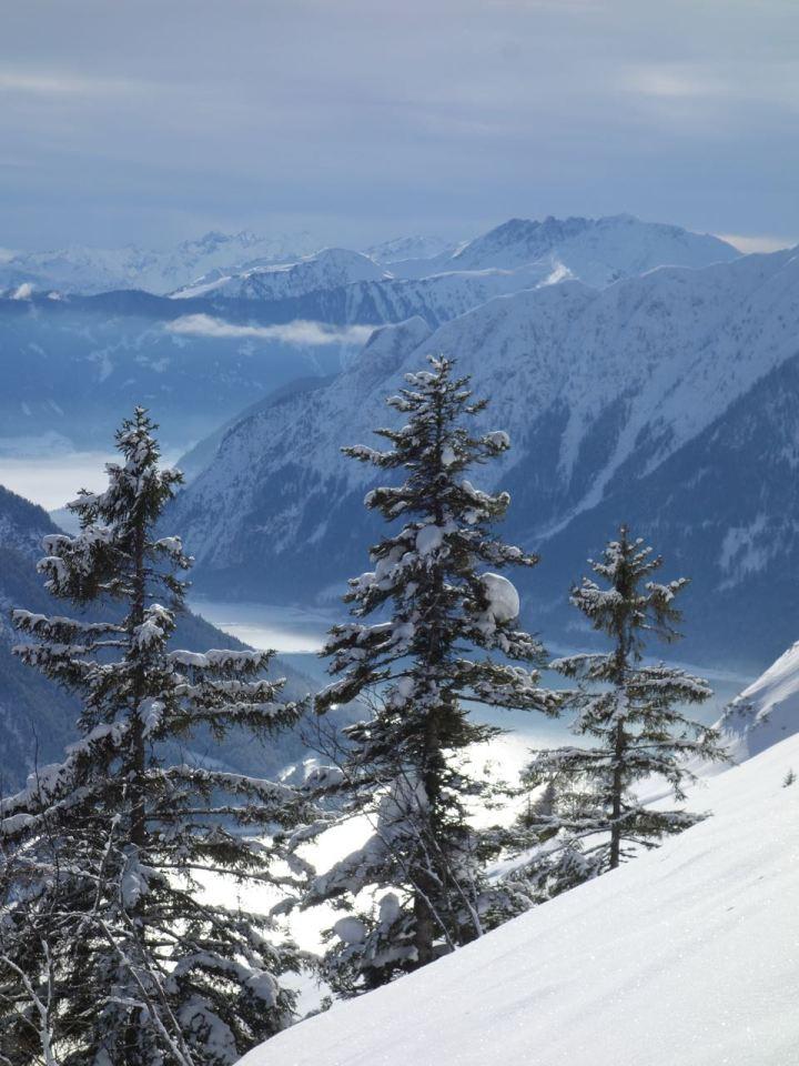 Traumhafe Ausblicke auf den Ost-Hang und den Achensee schon während des Aufsstieges.