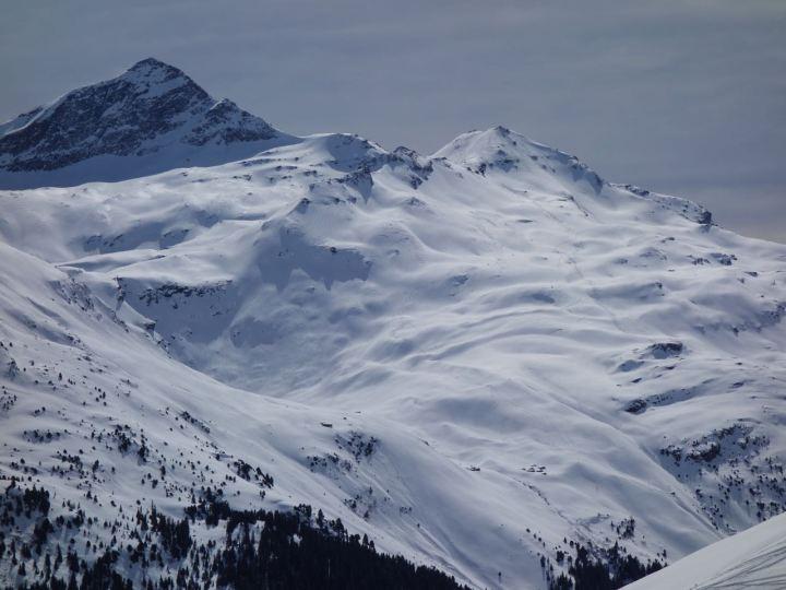 Vom Frunthorn hat mein ene klasse Aussicht zu Fanellhorn und Wissgrätli, mit seinen rasanten Nordhängen