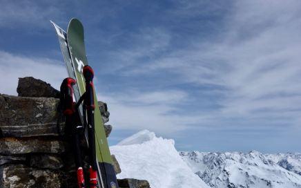 Isentällispitz (2.986 m), steiler S-Gipfelhang und breite W-Hänge im Flüelatal, Davos