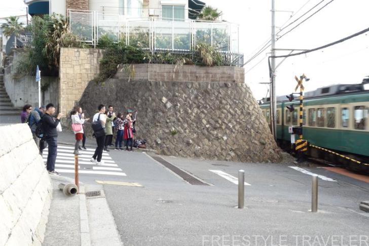 鎌倉高校前駅。アニメのシーンと同じ写真を撮ろうとしている観光客