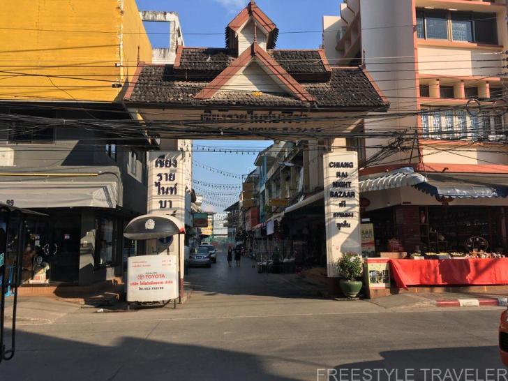 ナイトマーケットの入口があるPhaholyothin Rd。