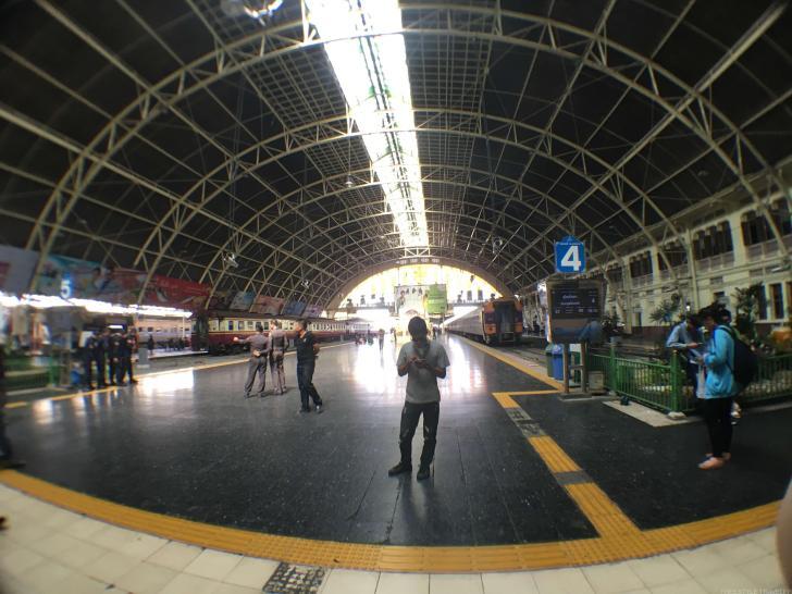 列車は駅の入り口から近いところで待つのが無難