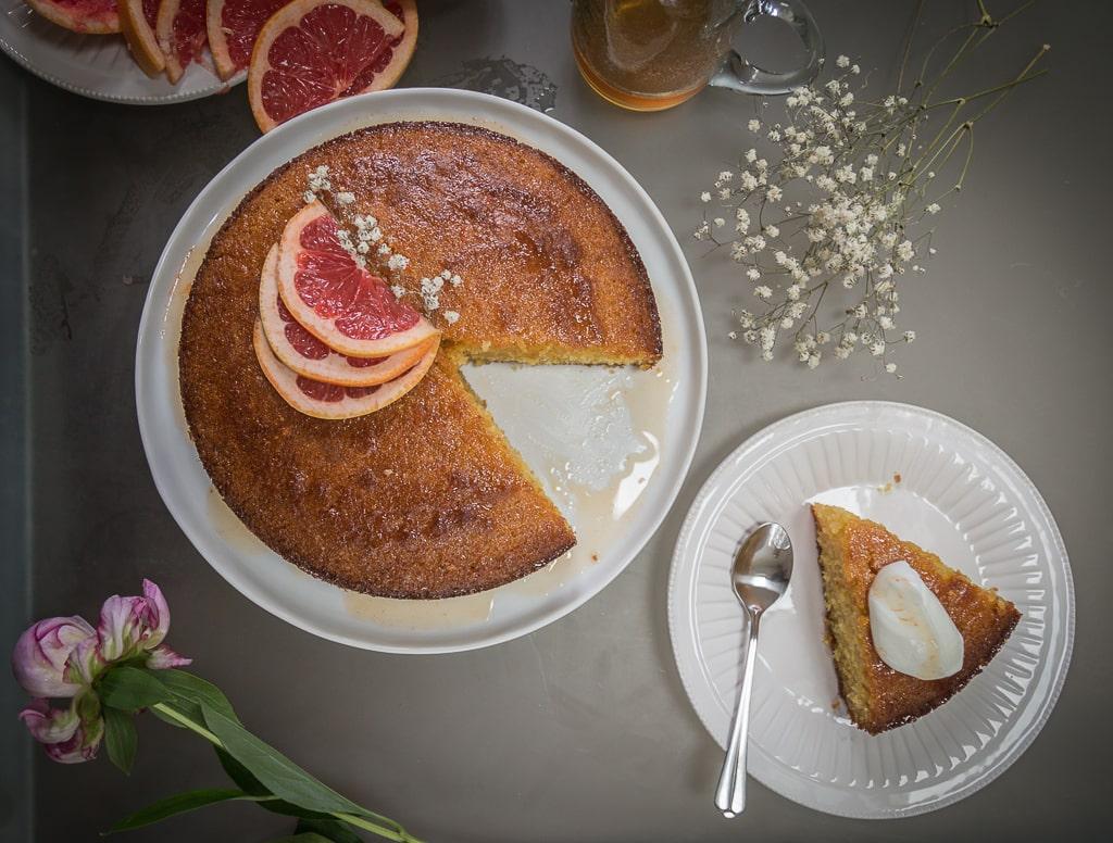 Gâteau de semoule au sirop rose-pamplemousse