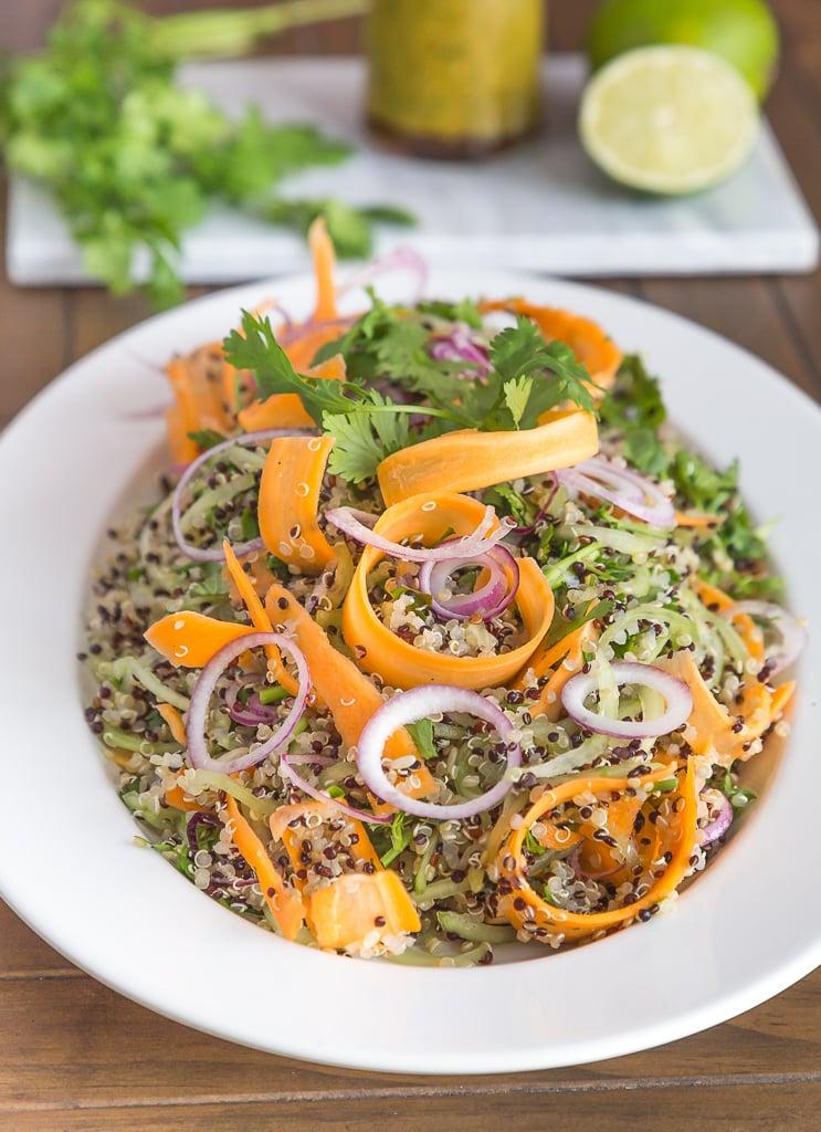 Une recette rapide et simple de salade originale avec du quinoa et de jolies tagliatelles de légumes (carottes et concombre). Recette sans gluten, végétarienne et végétalienne.