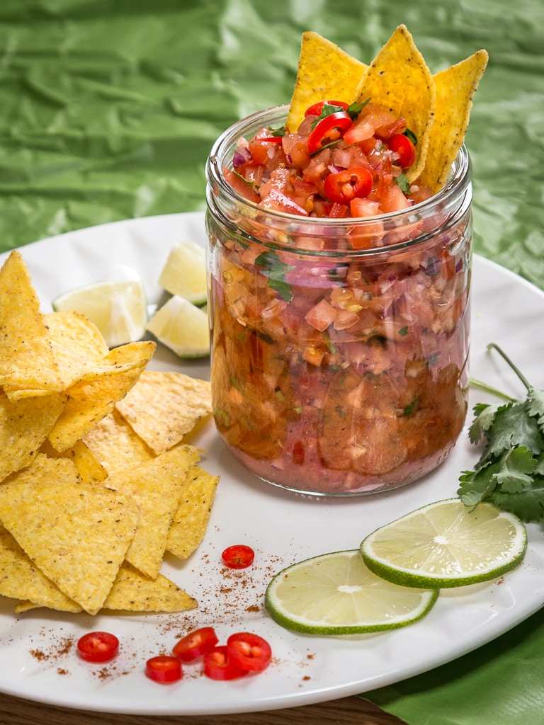 Faire sa salsa maison, quel bonheur pour y tremper ses tortillas à l'apéro ! Avec de bonnes tomates fraîches, de la coriandre et du citron vert ! Recette vegan, végétariennes, sans gluten