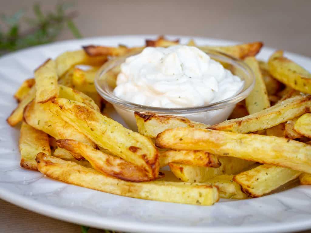 De bonnes frites bien croustillantes, mais cuites au four, donc avec BEAUCOUP moins de matière grasse ! On oserait presque dire qu'elles sont #healthy ! Et en plus elles sont aromatisées au gros sel et romarin ! Un Délice (recette vegan, végétalienne, sans gluten)