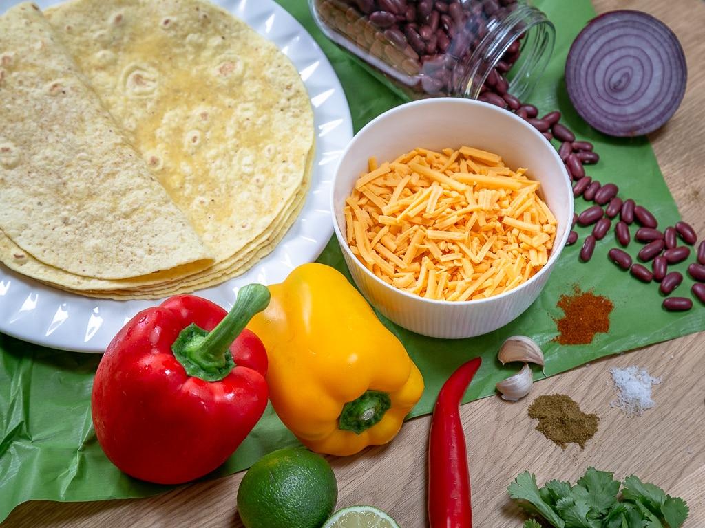 Une recette simple et rapide de quesadillas aux légumes et haricots rouges. Idéales pour l'apéritif ou pour un repas gourmand :) Recette végétarienne