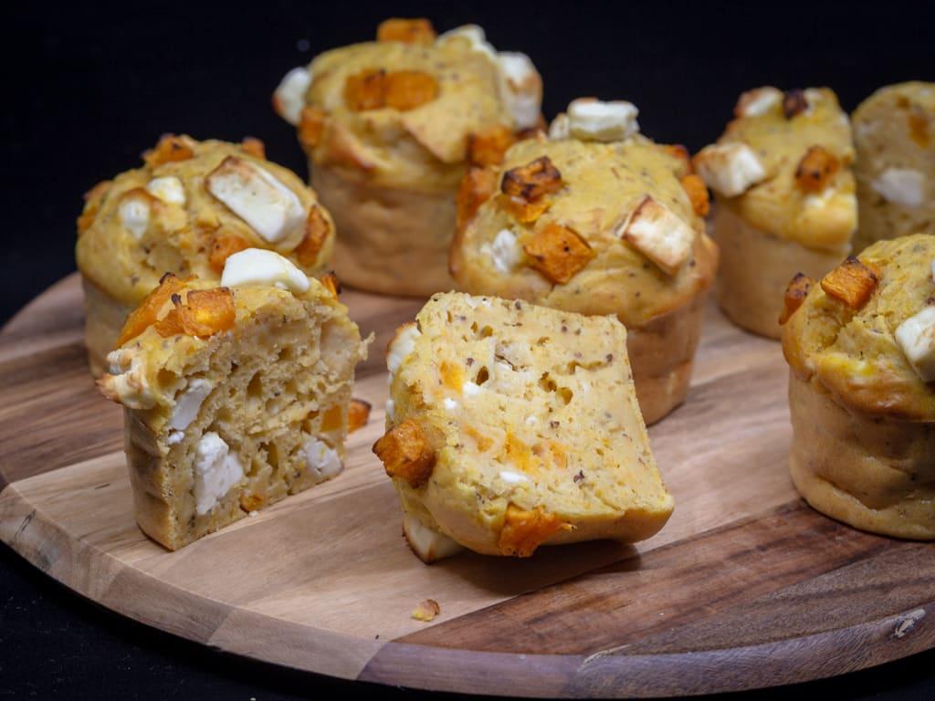 Une recette de muffins salés à la courge butternut et à la fêta ! Un vrai régal végétarien.