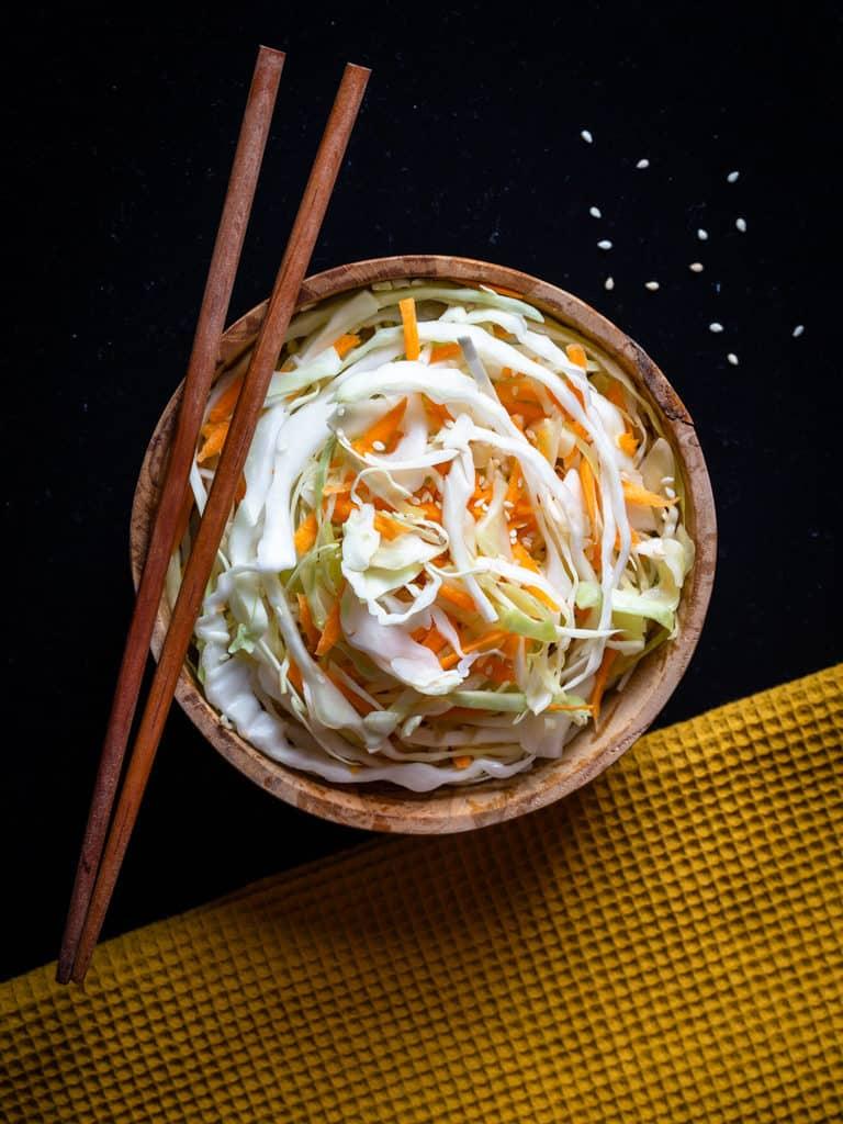 Une salade de chou blanc et de carottes crues, super croquantes, parfumée au sésame grillée ! Recette végétalienne #vegan #vegetarien