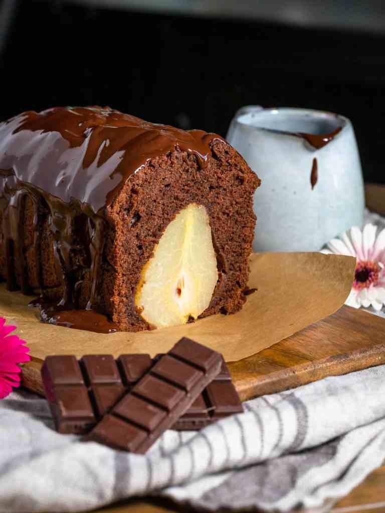 Une recette de cake au chocolat super moelleux avec de délicieuses poires pochées fondantes à souhait à l'intérieur !