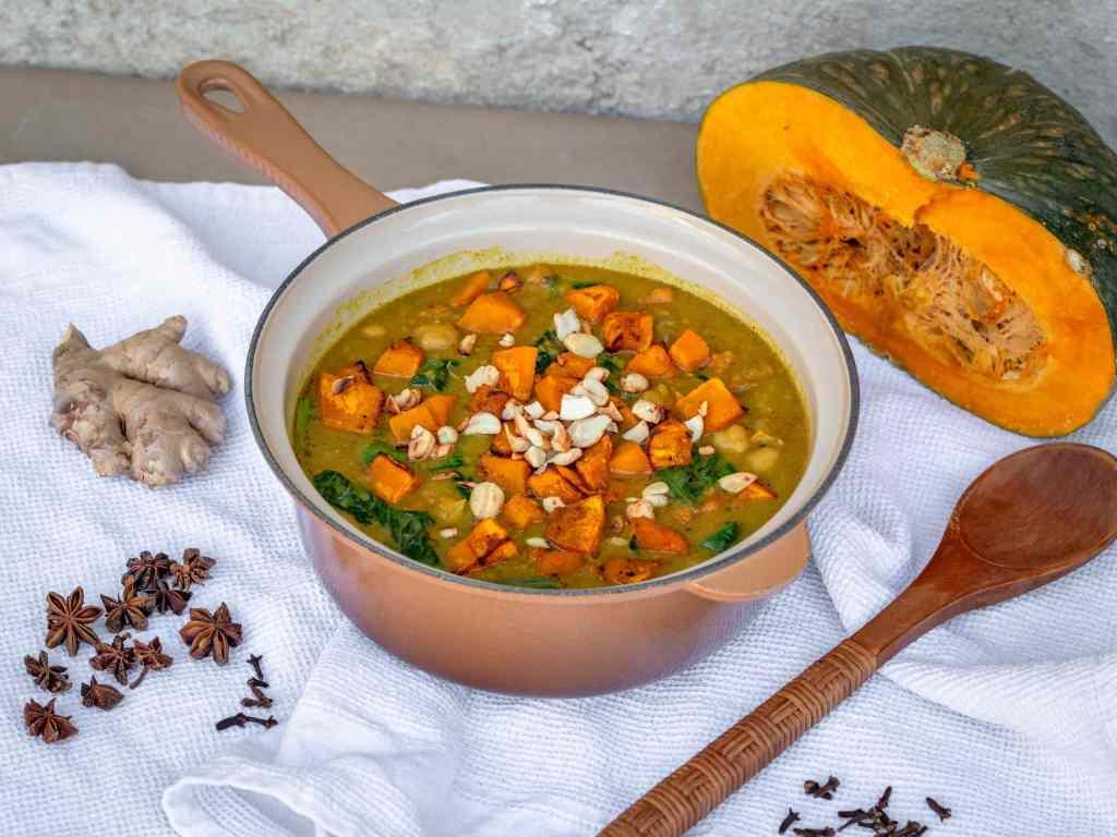 Une recette de curry à la courge er aux pois chiches pleine de goût et de douceur ! Recette rapide ! Vegan, sans gluten, végétalien, végétarien.