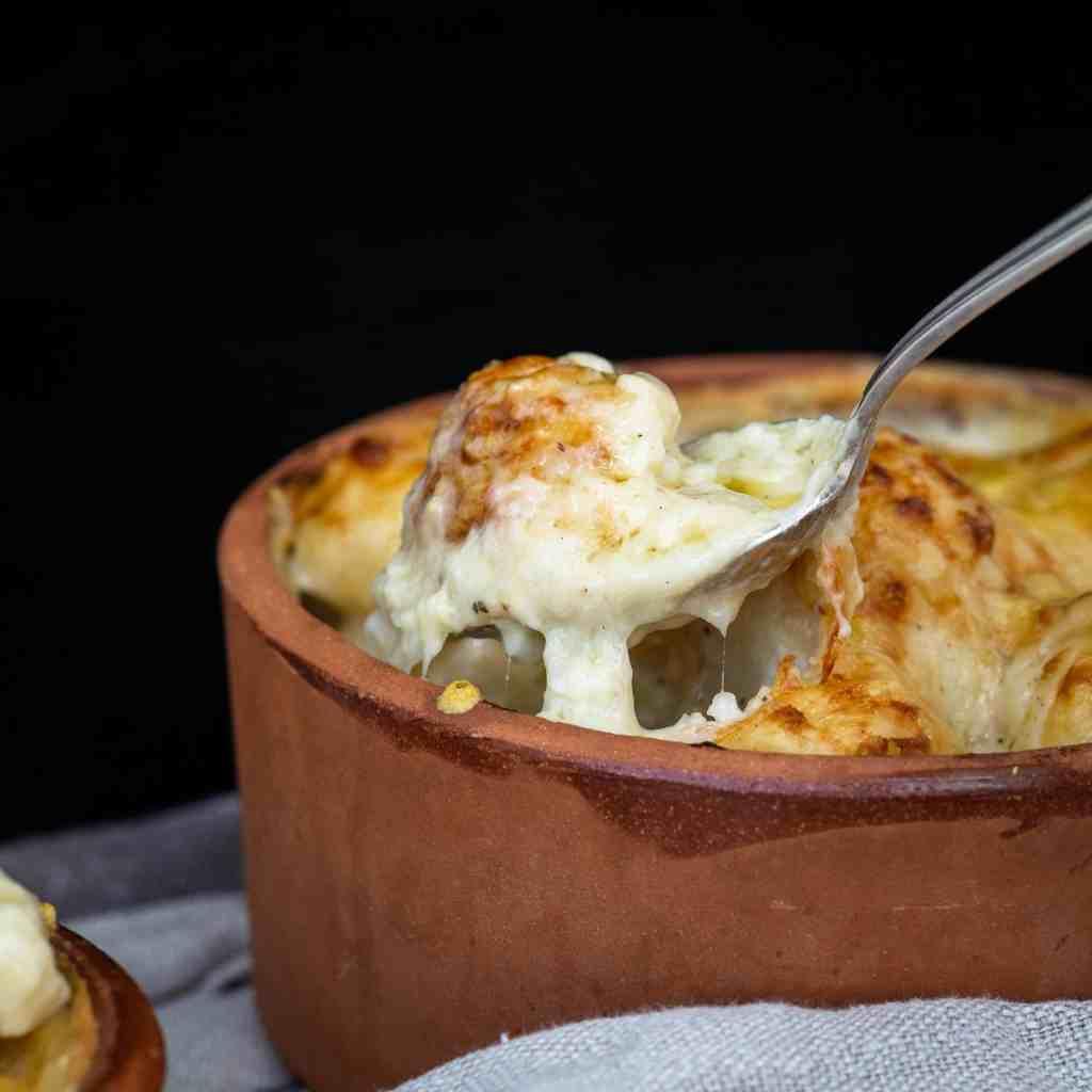 Une recette super simple et rapide de gratin de chou fleur hyper fondant avec une délicieuse béchamel au comté ! Recette végétarienne