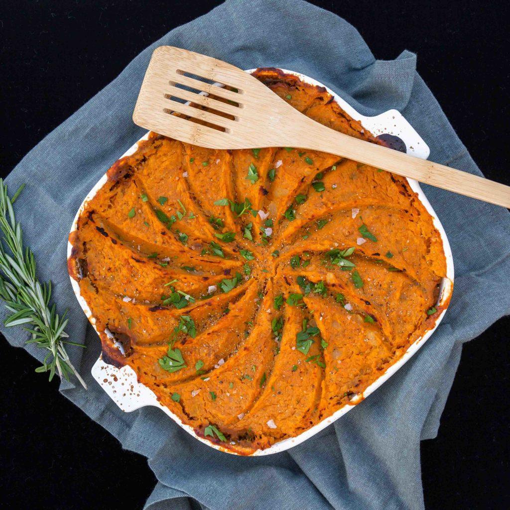 Une recette de hachis parmentier vegan et sans gluten avec des lentilles et une purée de patate douce !  Recette végétarienne, idéale pour les enfants !