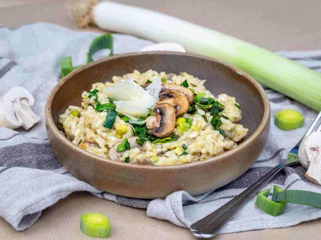 Une recette simple et rapide de risotto aux poireaux et aux champignons. Recette sans gluten et végétarienne.