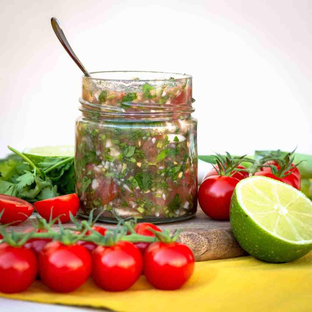 Recette de Aji à la Colombienne (Condiment Végan et Sans Gluten), à base de tomates, de coriandre et de vinaigre ! Idéale pour agrémenter le riz, les grillades ou... n'importe quoi en fait ! Recette végétarienne