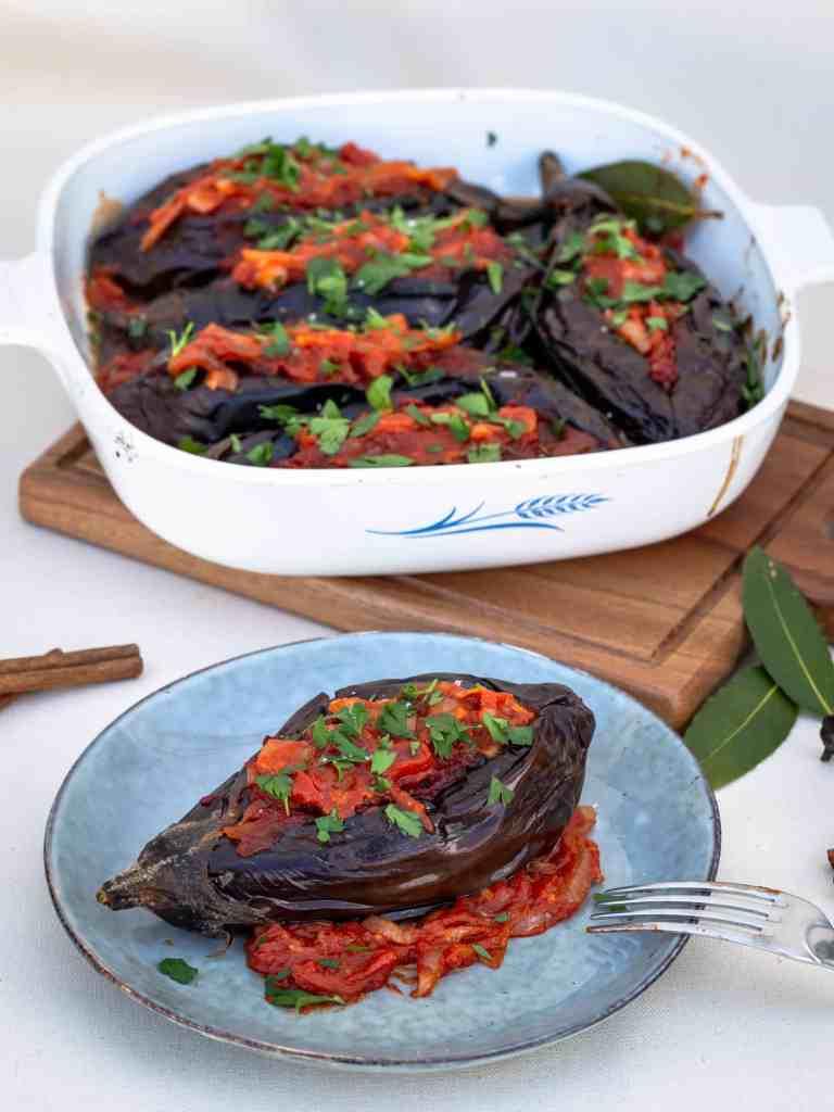 Aubergines Farcies à l'Ottomane - Iman Bayildi (Vegan et Sans Gluten) Recette végétarienne avec une sauce tomate aux oignons à la grecque !