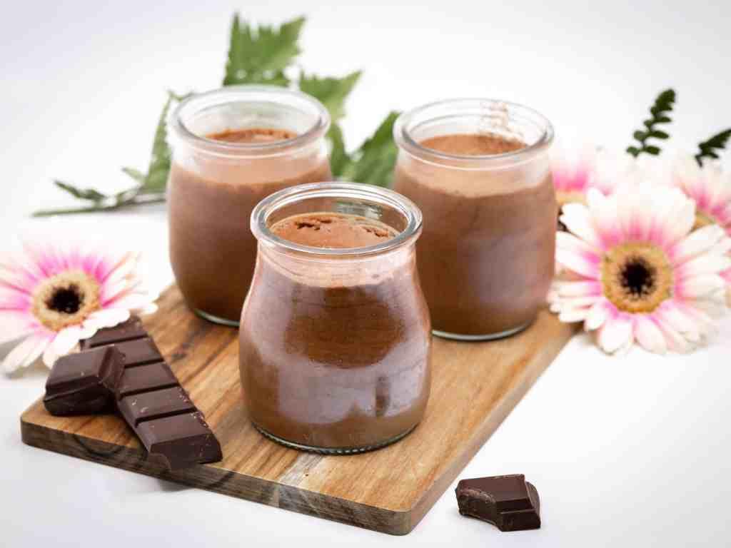 Une recette de Mousses au Chocolat Véganes, sans œufs, à l'aquafaba (eau de cuisson des pois chiches), hyper rapide à réaliser.
