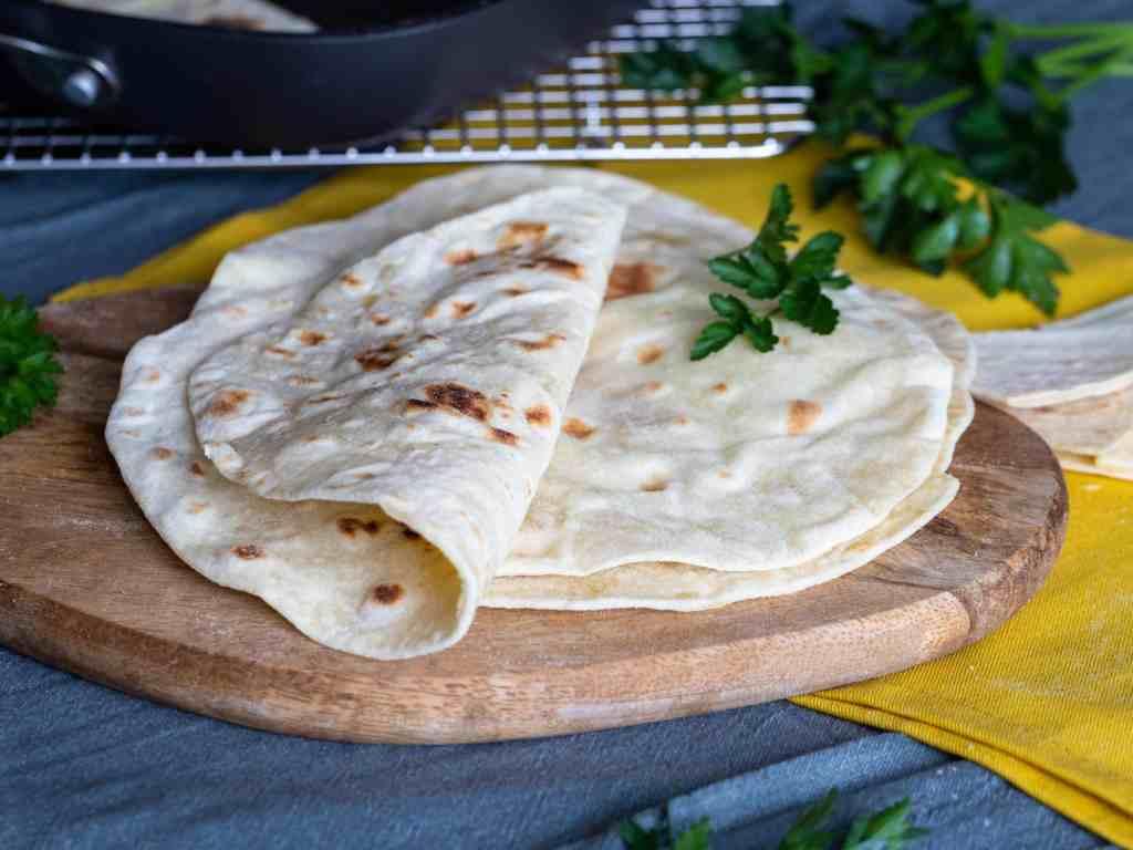 Recette pour faire ses propres pains pitas maison, à la grecque, avec seulement 4 ingrédients ! Pétrissage rapide à la main ! Recette végétalienne et végétarienne