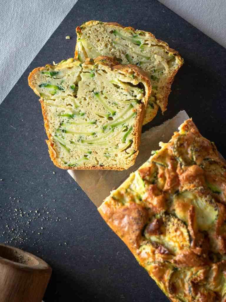 Une recette de cake à la courgette et au cumin, délicieusement moelleux et sans gluten, avec de la farine de pois chiche. Recette végétarienne.