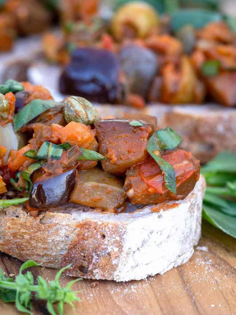 Une recette de Caponata, avec des aubergines, des câpres, des olives et du vinaigre ! La Caponata est un plat typique de Sicile, idéal pour un apéro sans gluten et végétalien. Recette végétarienne, vegan.