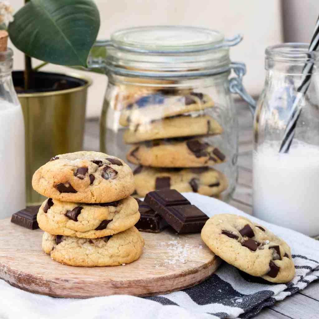Des cookies bien épais, ultra épais avec des énormes morceaux de chocolat qui ne demandent qu'une seule chose : être trempés dans un bon verre de lait.