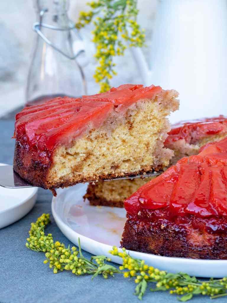 C'est la saison des coings et on lui rend bien ! Avec ce gâteau à la texture légère et moelleuse qui absorbe parfaitement le sirop aux coing épicés... Et je vous parle même pas de ses bords caramélisés ultra gourmands.