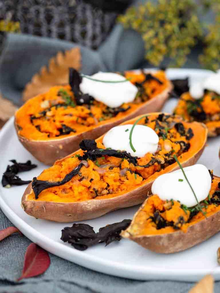 Une recette vegan et sans gluten de patates douces rôties au four avec des champignons trompettes de la mort, façon potatoe skins ! Recette végétarienne et végétalienne.