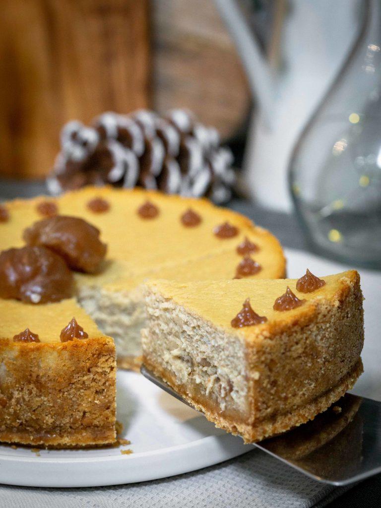 Un cheesecake léger, onctueux et très gourmand au bon goût de marron. Composé d'un biscuit généreux, d'une crème au mascarpone et au yaourt brisé à la crème de marron dans laquelle on retrouve de délicieux morceaux de marron glacé, ce cheesecake est complètement addictif !