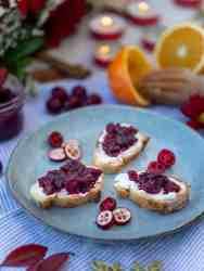 Une jolie idée de toasts végétariens pour un Noël sans viande ! Recette à base de relish de cranberries et de chèvre frais, un vrai régal !