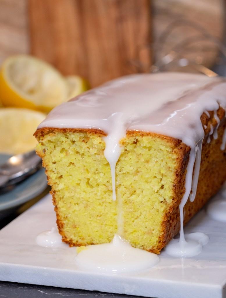 Ma recette préférée de cake au citron faite avec des citrons fraîchement pressés, du yaourt à la noix de coco et un ingrédient secret qui lui donne cette magnifique couleur jaune. Il est si moelleux et avec ce goût de citron bien prononcé, qu'on ne peut plus s'en passer...