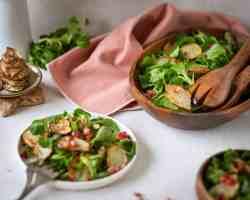 Découvrez une recette super facile de salade d'hiver avec de la mâche, des topinambours rôtis et de la grenade ! Un délice vegan, sain et léger !