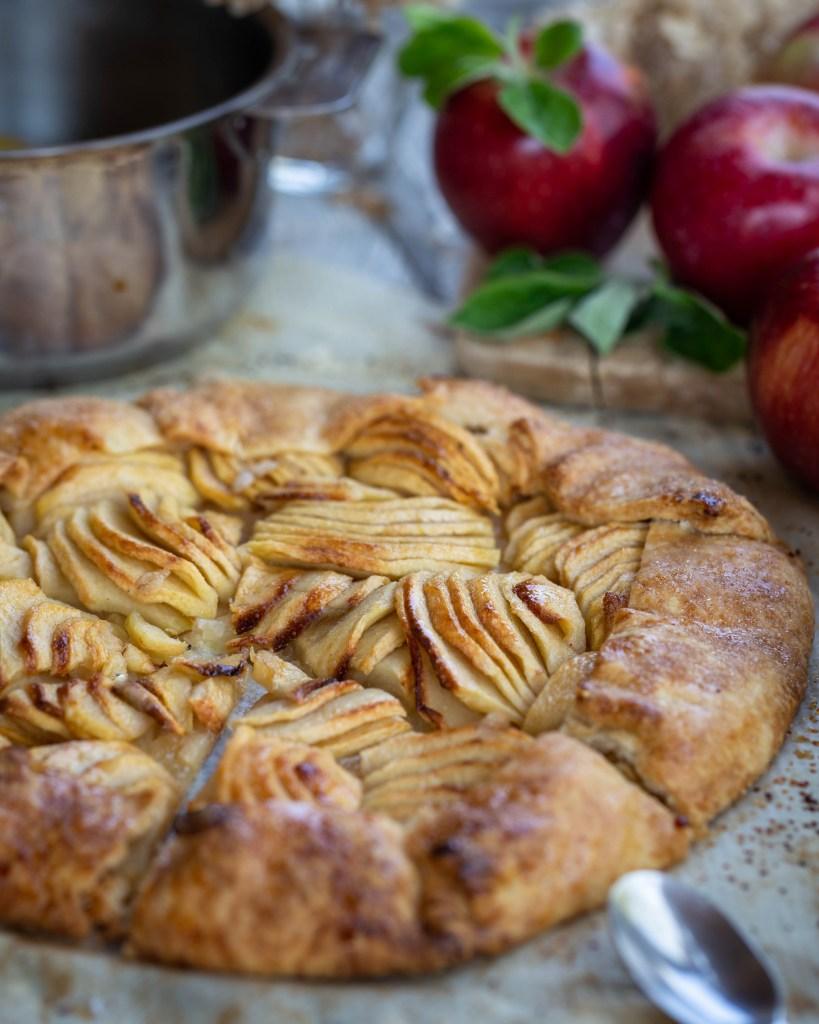 Simple et délicieuse, voici notre définition de la tarte aux pommes rustique par excellence. Une pâte brisée sucrée, des pommes fondantes et légèrement caramélisées, un véritable bonheur !