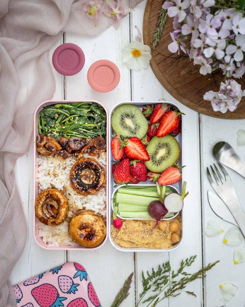 Découvrez cette idée de repas vegan super simple et rapide à réaliser et à emmener au travail pour le déjeuner ! Avec des champignons de paris caramélisés et des fanes de radis sautées !