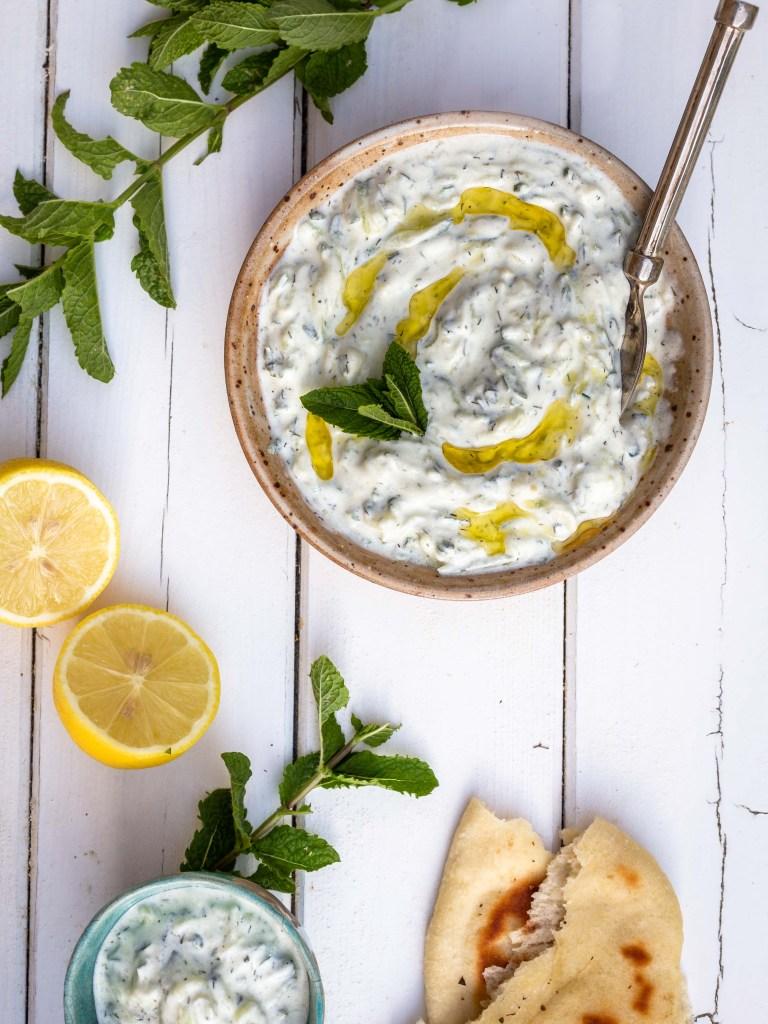 Voici la recette de tzatziki de ma famille ! Une recette dont le secret est très peu et mal gardé puisqu'on la partage avec qui veut, et que maintenant, je la mets sur le blog ! En gros, du concombre râpé, du yaourt, de l'ail, du citron et de l'huile, et c'est plié !