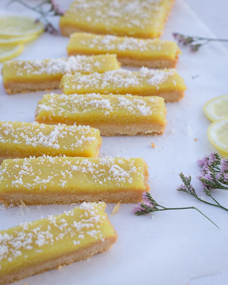 Voici une recette super simple de barres au citron sans œuf, très rapide à réaliser, et tellement délicieuse !