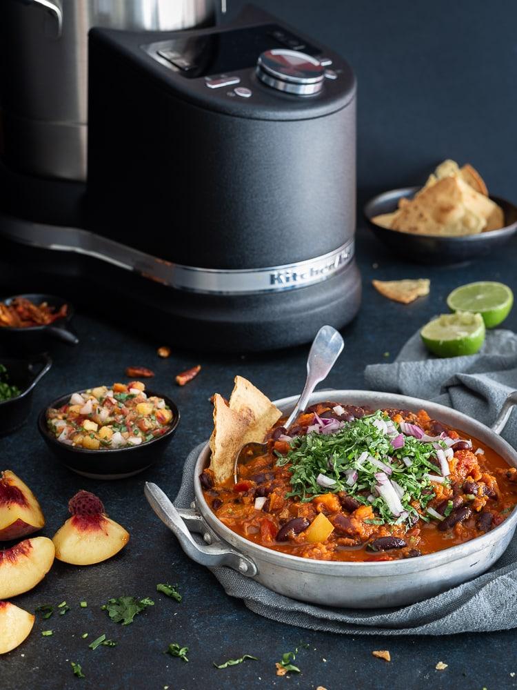 Voici ma toute première recette écrite pour le robot malin de KitchenAid : le Cook Processor ! Il s'agit d'un chili sin carne (sans viande) accompagné d'une salsa à la pêche ! Un pur délice !