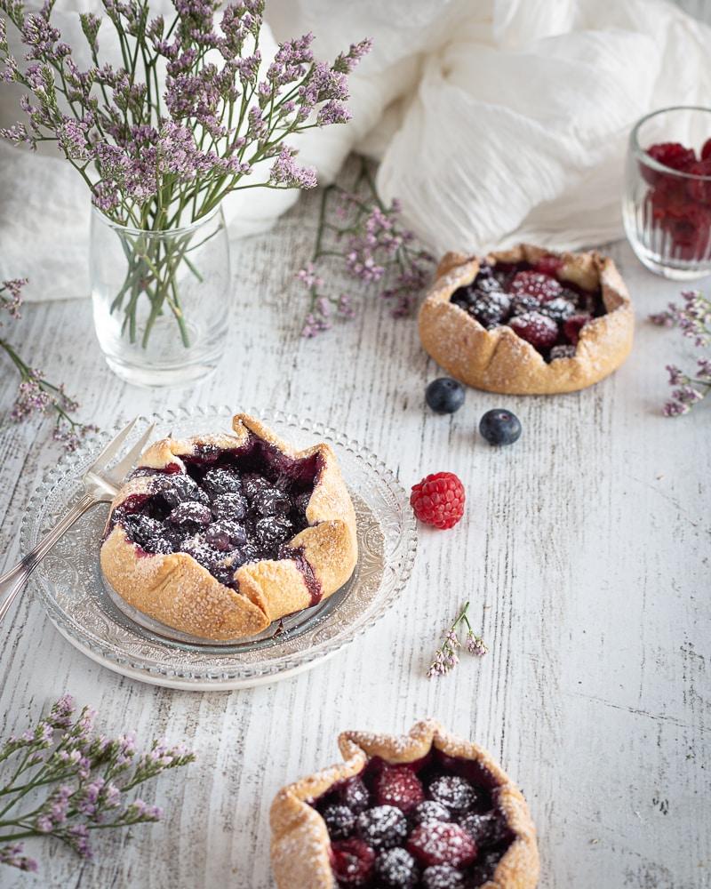 Des tartelettes fruitées et gourmandes en toute simplicité ! Elle sont parfaites avec une boule de glace vanille par dessus ou encore avec une crème fouettée maison !