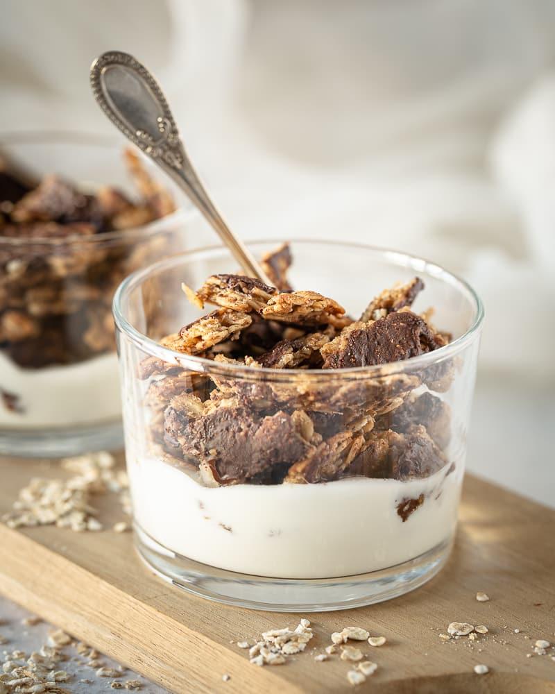 """Quoi de plus satisfaisant qu'une grosse pépite de granola (autrement connu sous le nom de """"chunk"""")? Ce """"chunky"""" granola au chocolat végane et sans gluten est un must have de vos bols du matin! On y retrouve le goût réconfortant de la banane et de la cacahuète qui se marient tellement bien avec le chocolat. C'était écrit…ou en tant cas maintenant ça l'est !"""