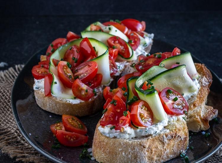 Tartines de Chèvre à la Ciboulette, Tomates Cerises et Rubans de Courgette Crue