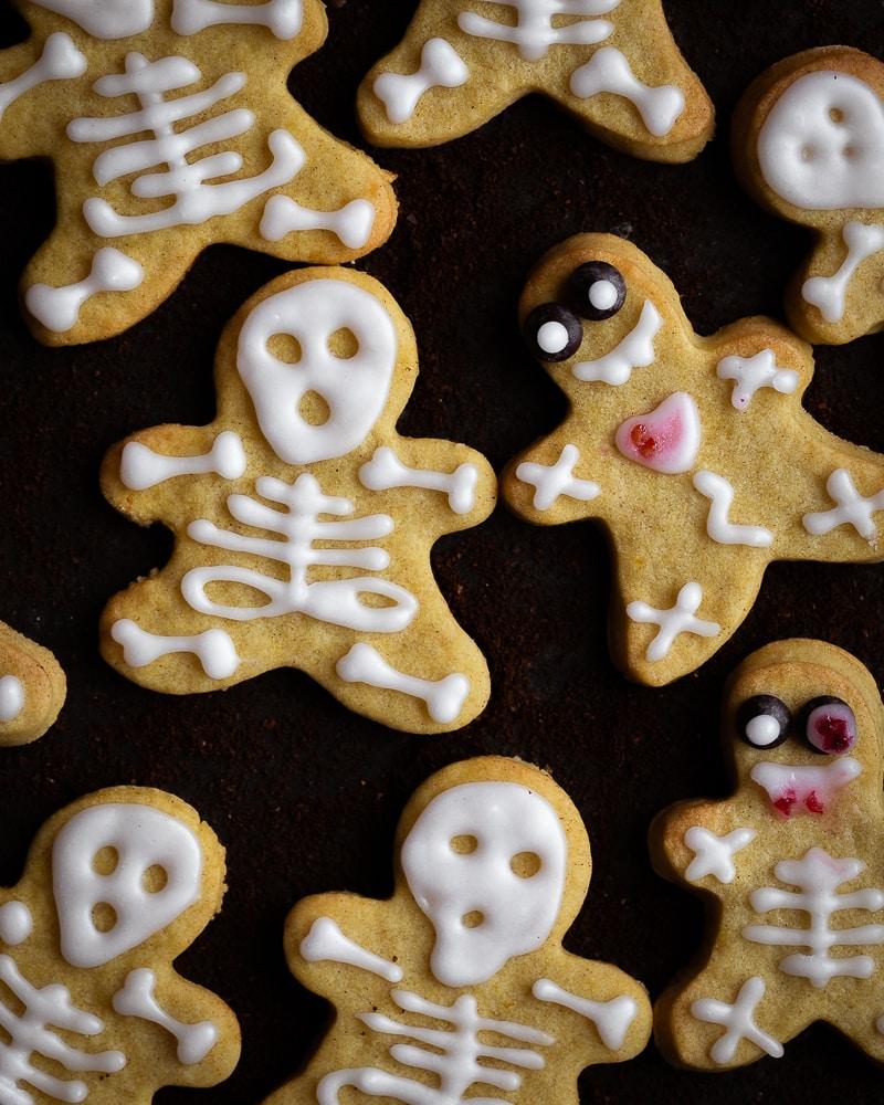 Des petits biscuits véganes à la purée de potimarron et aux épices pour accompagner vos goûters de la saison la plus cosy qui soit. Natures, saupoudrés de sucre à la cannelle ou encore décorés avec du sucre glace, ces biscuits s'adaptent à toutes vos envies et occasions !