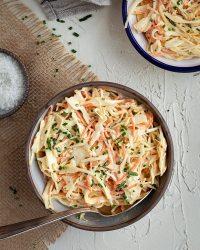 Faire son coleslaw maison, rien de plus facile ! En version végé ou vegan, ça prend 5min chrono et c'est juste trop bon !