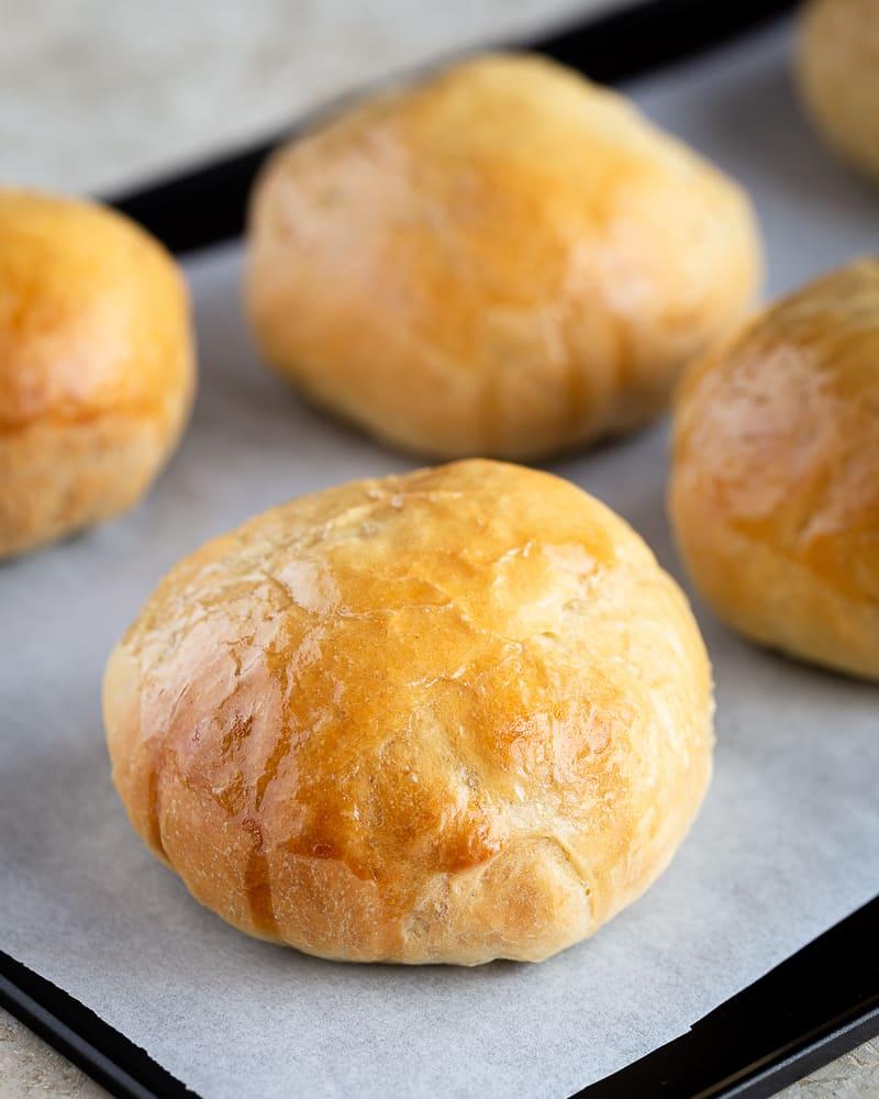 Découvrez cette recette de petits pains à burgers briochés et vegans ! Un régal, en burger ou juste à déguster tel quel !