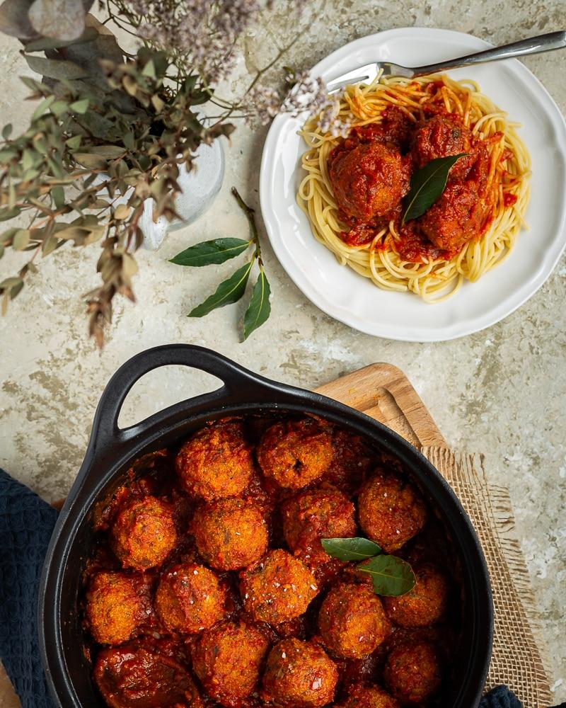 De bonnes boulettes complètement végétale avec une sauce tomate toute simple, mais parfaitement aromatisée, ça vous tente ? La recette est un peu longue, mais ne présente aucune difficulté particulière !
