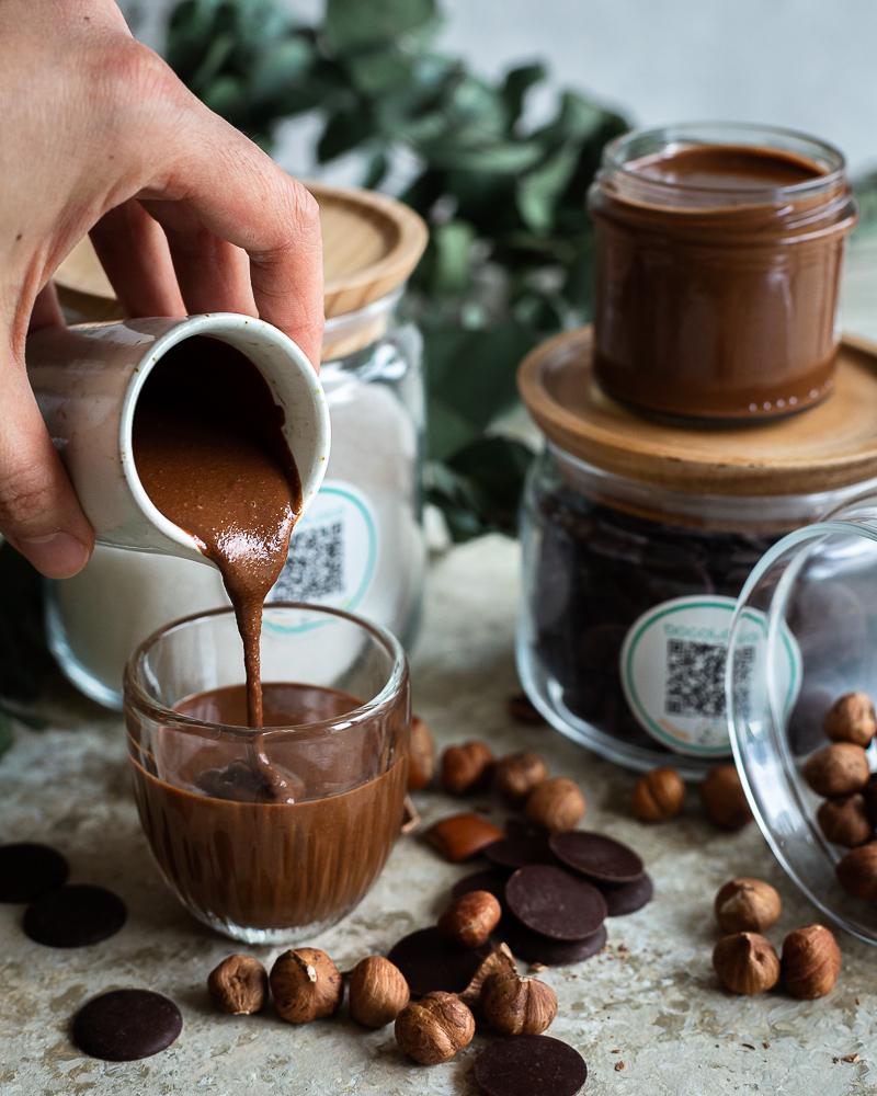 Une pâte à tartiner maison délicieuse et super facile à réaliser avec seulement 3 ingrédients : des noisettes, du sucre et du chocolat ! Un bonheur pour les accros de la pâte à tartiner...